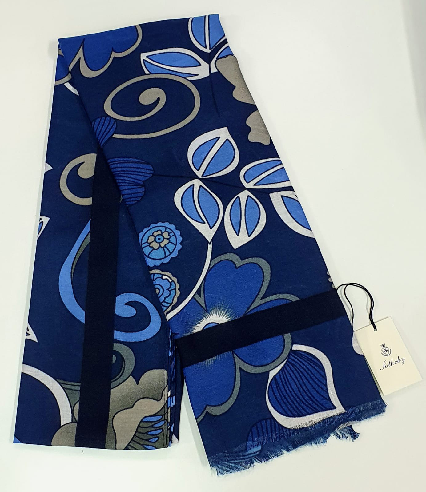Stola blu con fiori blu